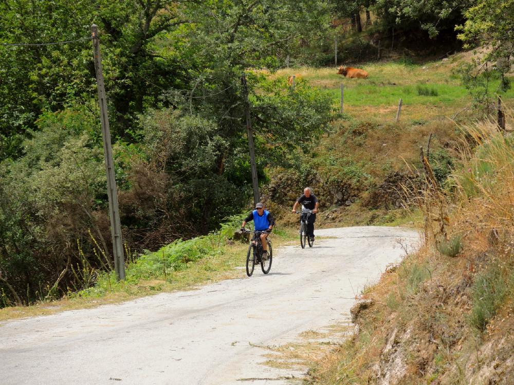 Pessoas a subir o Montemuro de bicicleta