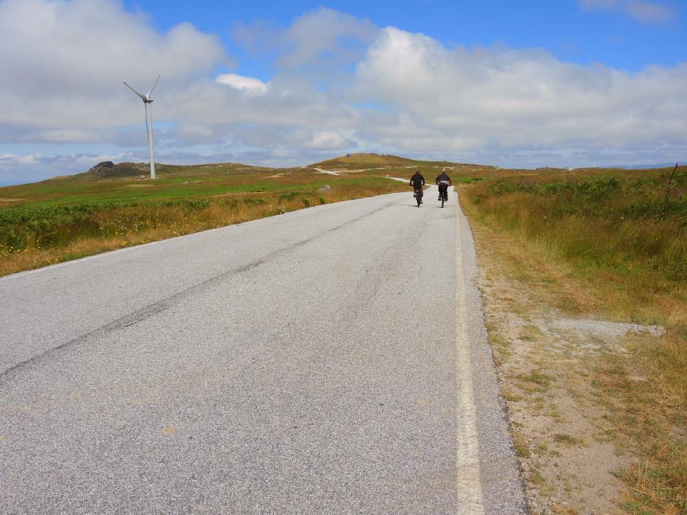 pessoas a andar de bicicleta no planalto de montemuro