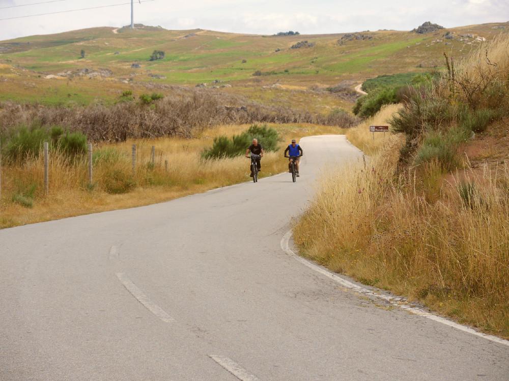 pessoas a andar de bicicleta no montemuro