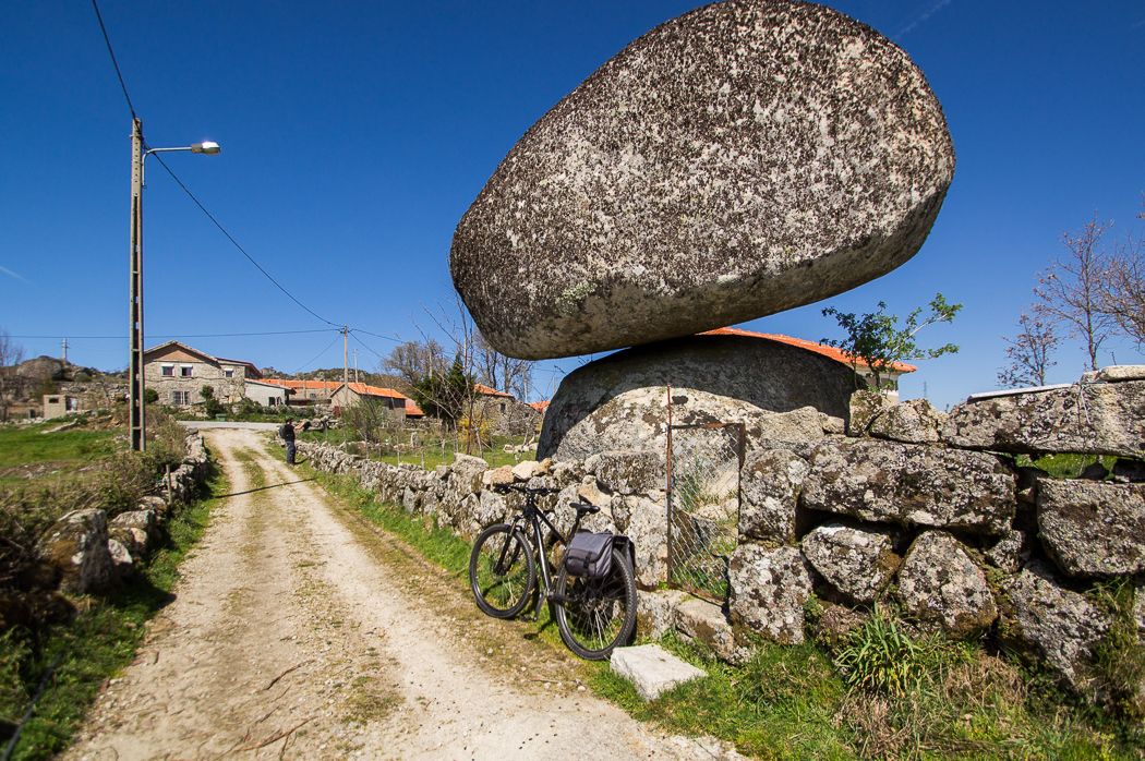 Pedras grandes com bicicleta