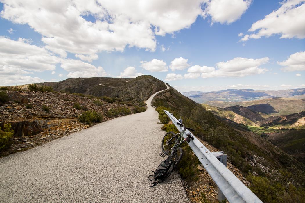 bicicleta numa estrada de montanha