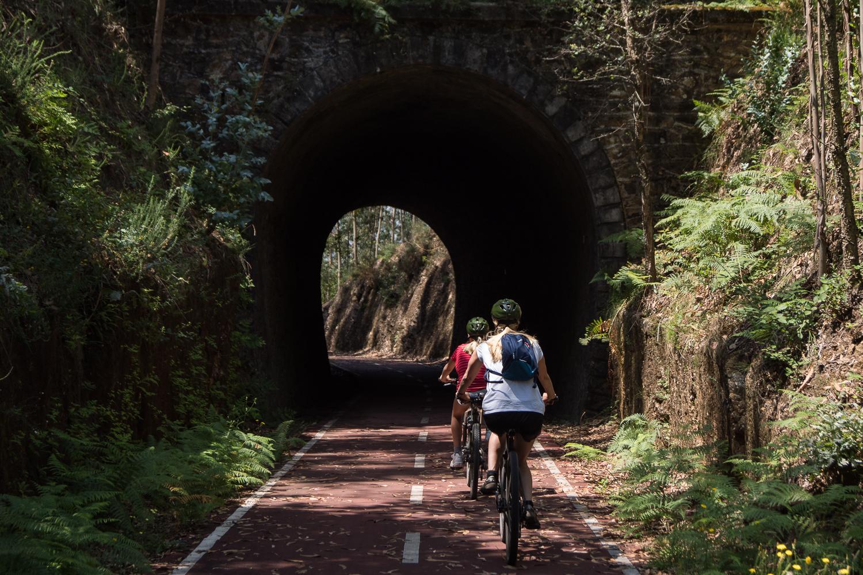 Duas pessoas a entrar num túnel na Ecopista do Vouga
