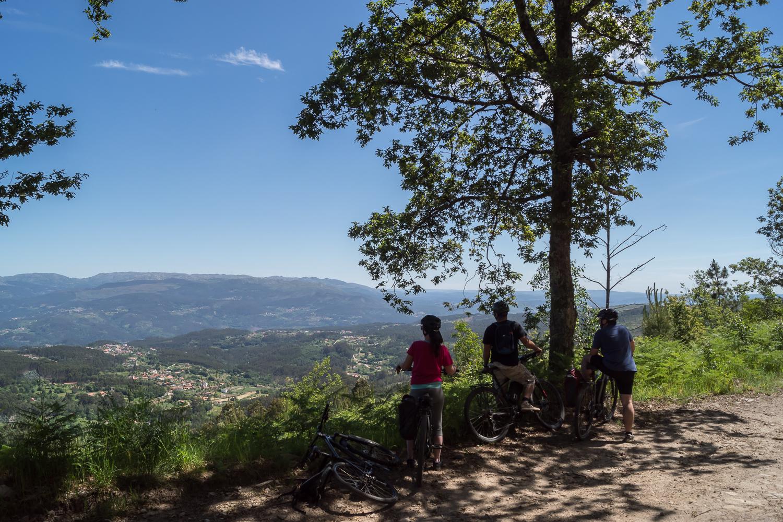 Uma pequena pauza para disfrutar a paisagem, pedalar em Portugal, Serra do Ladário, Vale do Vouga, Portugal