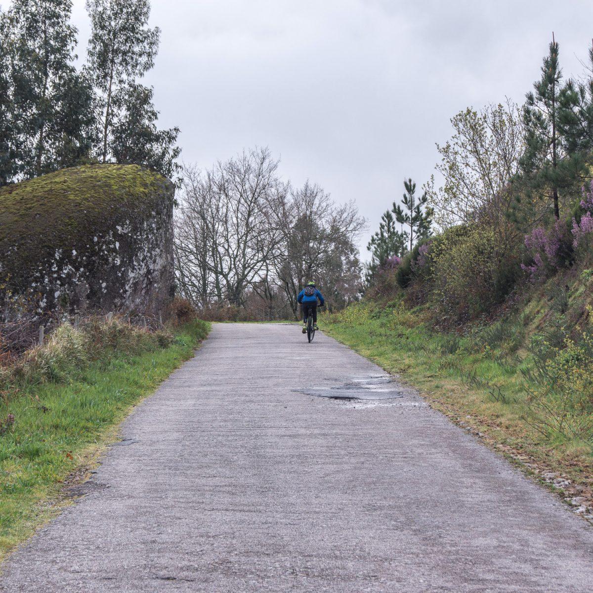 ciclista a subir a serra de ladário