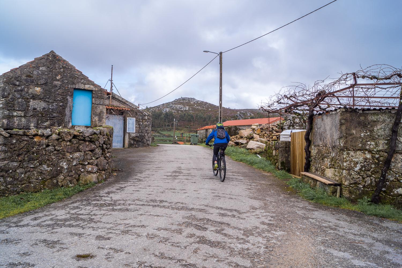 aldeia com ciclista na serra de ladário